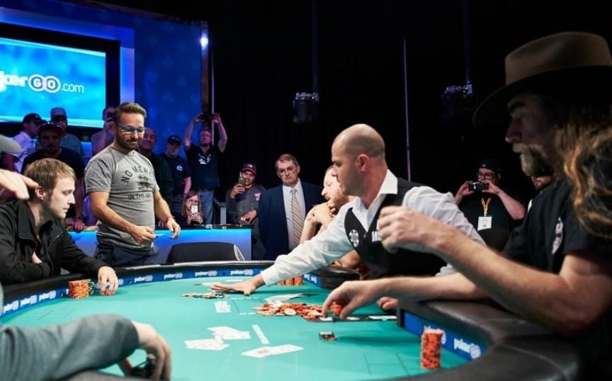 Даниэль Негреану за финальным столом Razz Championship