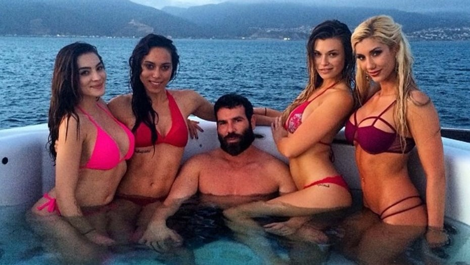 Дэн Билзерян в бассейне в окружении моделей