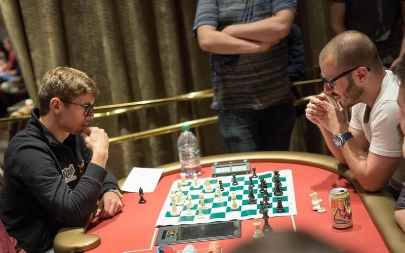 Дэн Смит и Федор Хольц играют в шахматы