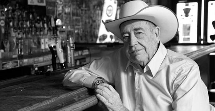 Дойл Брансон черно-белое фото у барной стойки