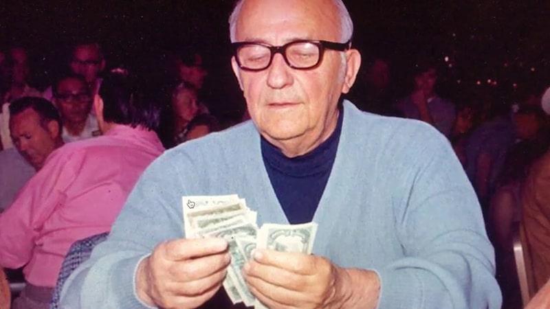 Джонни Мосс с деньгами в руках