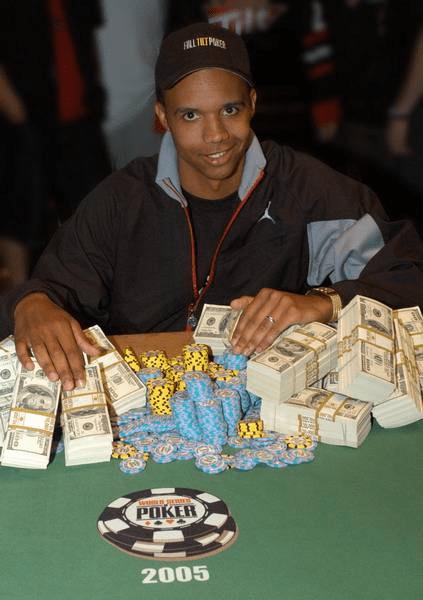 Фил Айви с фишками и деньгами