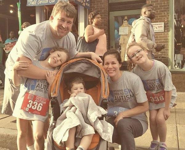 На фотографии Крис с женой и тремя детьми