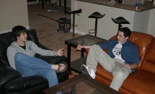Том и Дэвид Бенефилд сидят на диване и разговаривают