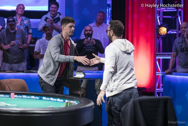 Негреану жмет руку опередившему его в турнире суперхайроллеров Киту Тилсону. Кит получил почти $2,8 млн