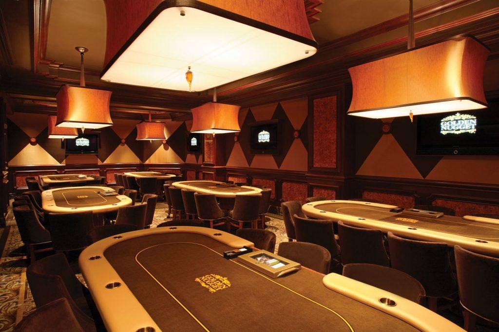 Пустой покерный зал в казино Golden Nugget