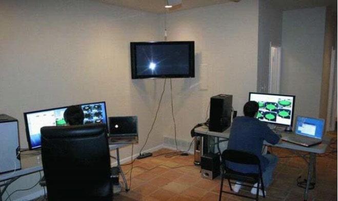 Комната с двумя столами, компьютерами и телевизором
