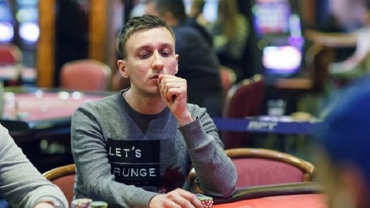 hiNt за покерным столом