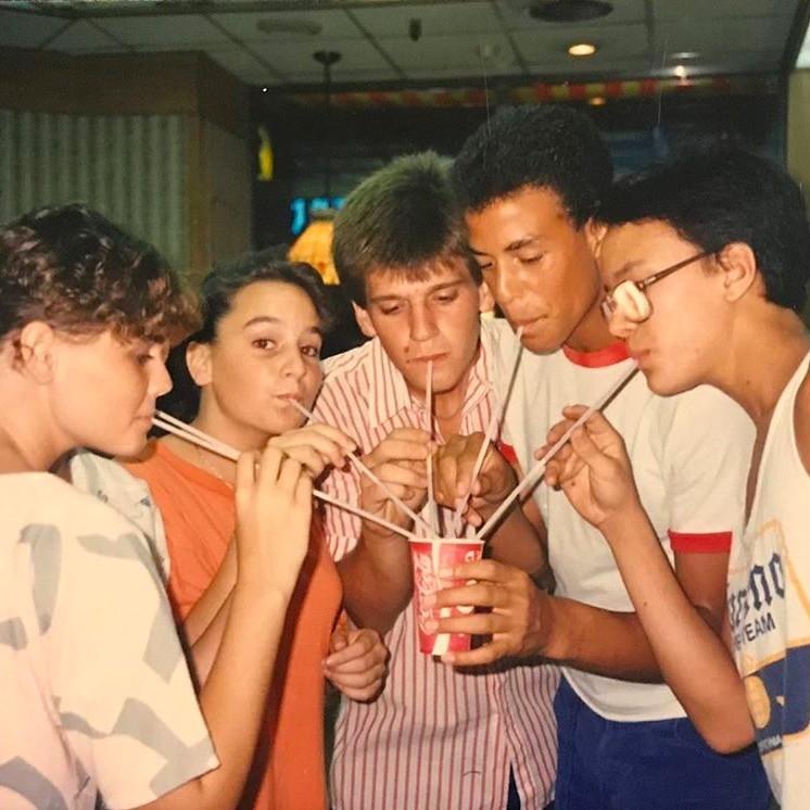 юный белланде пьет коктейль