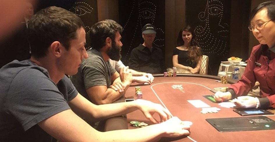 дван за покерным столом