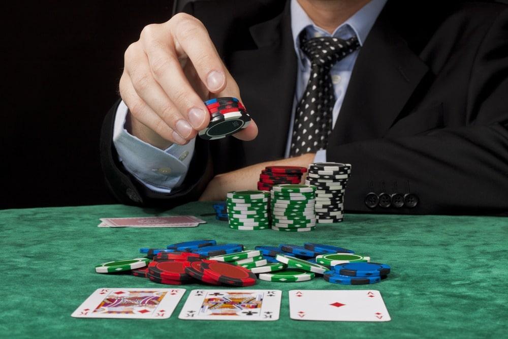 игрок в покер за столом