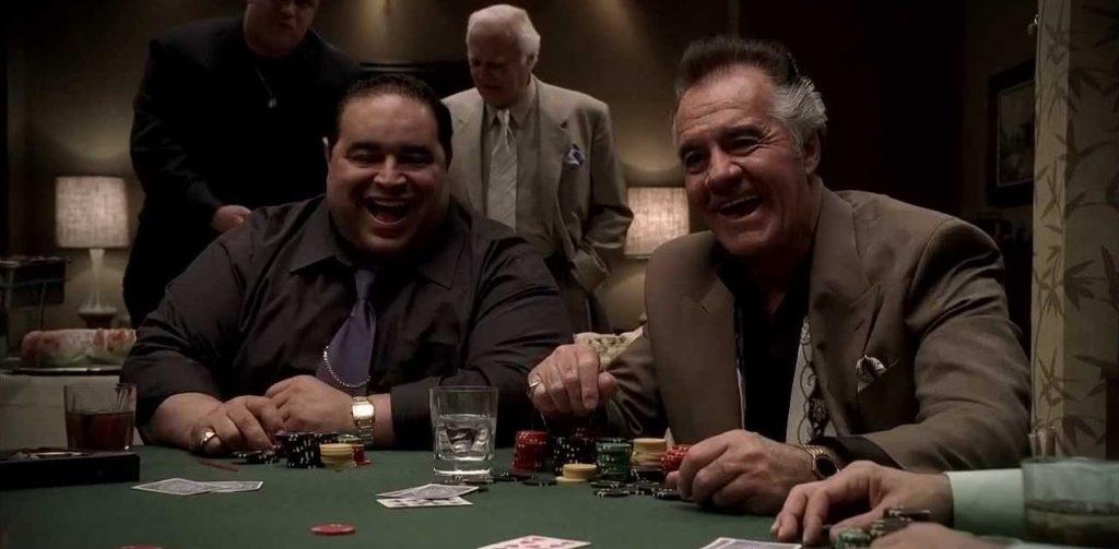Люди смеются за игрой в покер